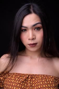 Młoda piękna kobieta azjatyckich transpłciowych przeciwko czerni
