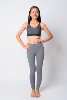 Młoda piękna kobieta azji gotowe do siłowni