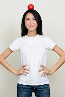 Młoda piękna kobieta azji na białym tle