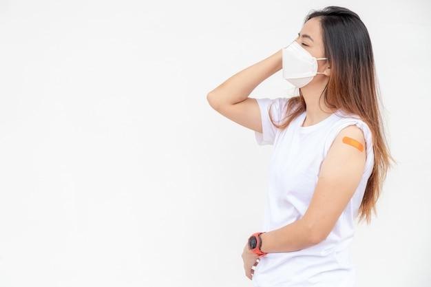 Młoda piękna kobieta azji o bolesny ból głowy. efekt po otrzymał szczepionkę z miejsca kopii.