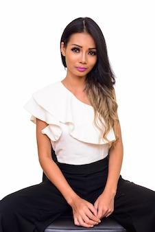 Młoda piękna kobieta azji siedzi na białym tle
