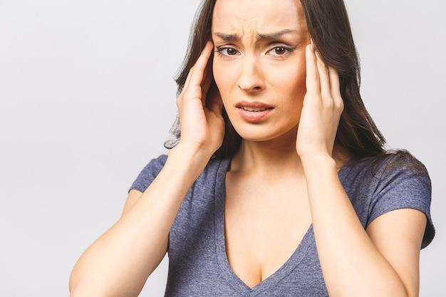 Młoda piękna kobieta cierpi na bóle głowy