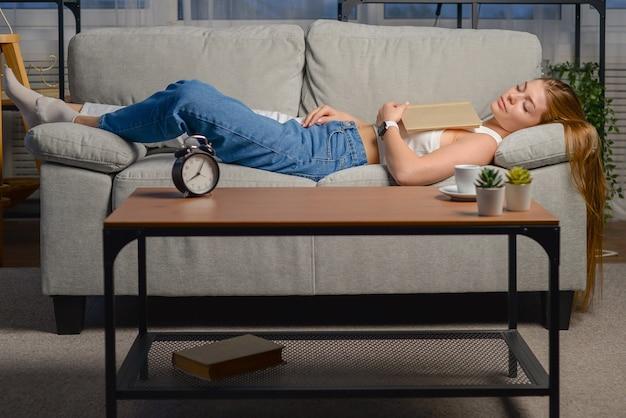Młoda piękna kobieta ciężko pracowała i zasnęła w biurze
