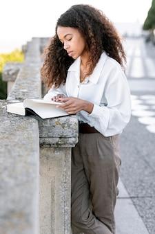 Młoda piękna kobieta czyta książkę
