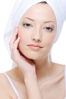 Młoda piękna kobieta głaszcząc jej czystą atrakcyjną twarz