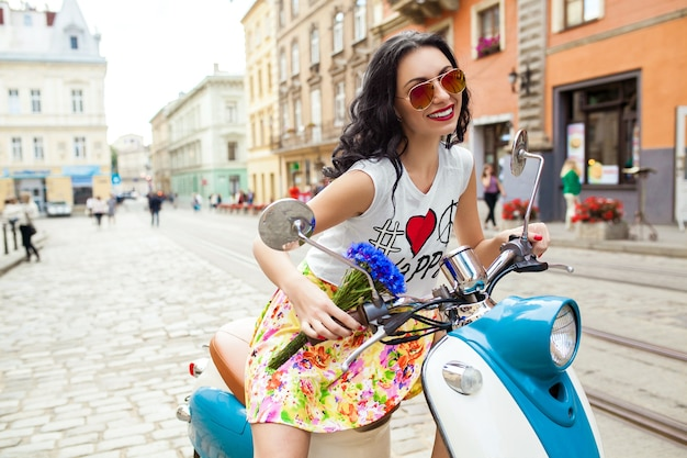 Młoda piękna kobieta, jazda na motocyklu ulicy miasta