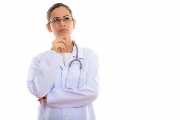 Młoda piękna kobieta lekarz myśli patrząc