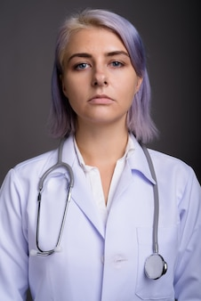 Młoda piękna kobieta lekarz z krótkie kolorowe włosy