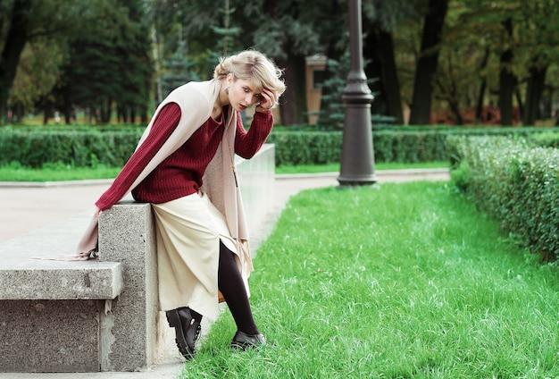 Młoda piękna kobieta. moda piękny portret. jesienny park.
