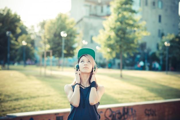Młoda piękna kobieta modelu słuchania muzyki