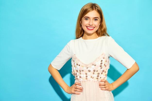 Młoda piękna kobieta. modna kobieta w letnie ubrania na co dzień. śmieszny model odizolowywający na błękit ścianie