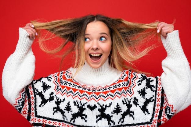 Młoda piękna kobieta. modna kobieta w swobodnym zimowym swetrze. pozytywna kobieta przejawia emocje na twarzy.
