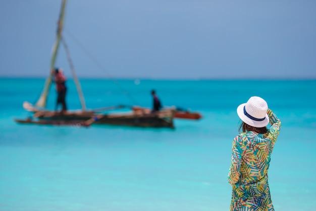 Młoda piękna kobieta na plaży podczas tropikalnego wakacje