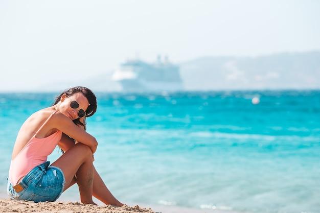 Młoda piękna kobieta na plaży podczas tropikalnych wakacji letnich