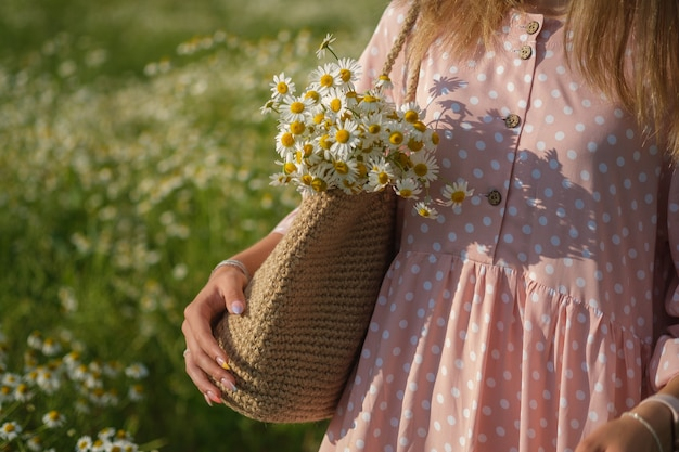 Młoda piękna kobieta na polu z białymi stokrotkami