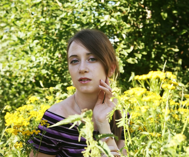Młoda piękna kobieta na zewnątrz