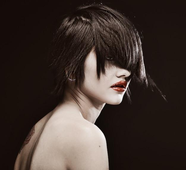 Młoda piękna kobieta o krótkich ciemnych włosach