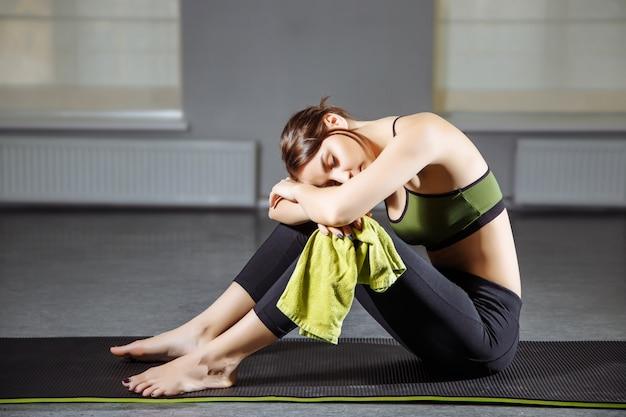 Młoda piękna kobieta odpoczywa po treningu