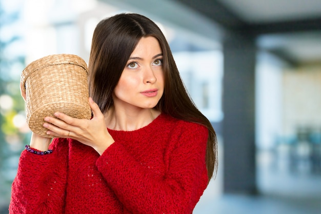 Młoda piękna kobieta otwiera drewnianego pudełko