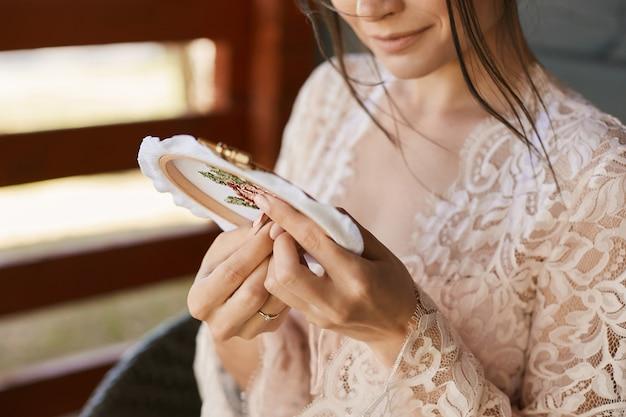 Młoda piękna kobieta, patrząc w lustro
