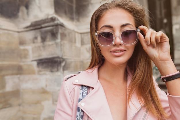 Młoda piękna kobieta podróżująca po europie