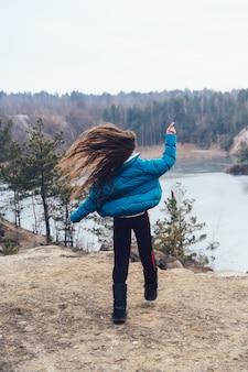 Młoda piękna kobieta pozuje na jeziorze