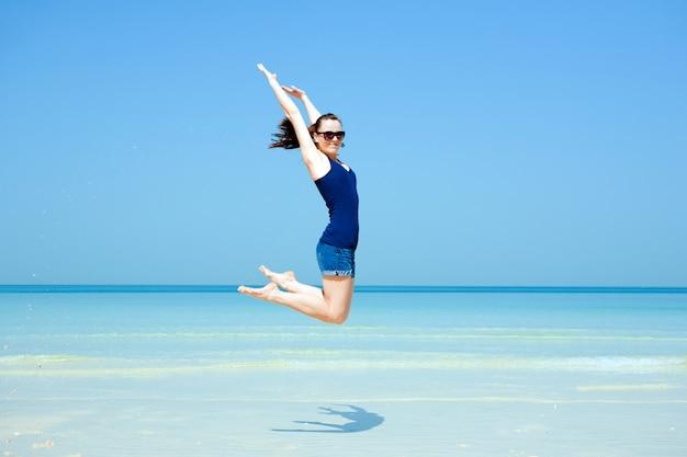 Młoda piękna kobieta pozuje na plaży