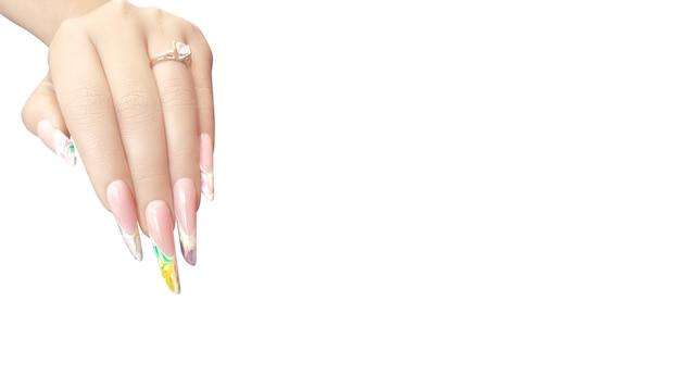 Młoda piękna kobieta ręce z eleganckim manicure