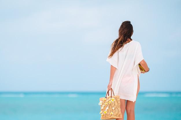 Młoda piękna kobieta relaks na tropikalnej plaży z białym piaskiem