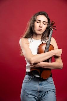 Młoda piękna kobieta skrzypek