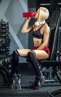 Młoda piękna kobieta, trening na siłowni. pojęcie fitness, treningu, sportu, zdrowia