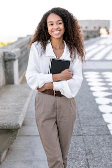 Młoda piękna kobieta trzyma książkę