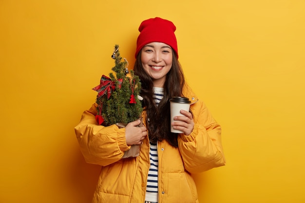Młoda piękna kobieta trzyma ozdoby świąteczne