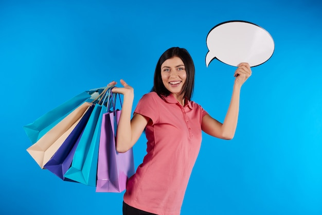 Młoda piękna kobieta trzyma papierowe torby.