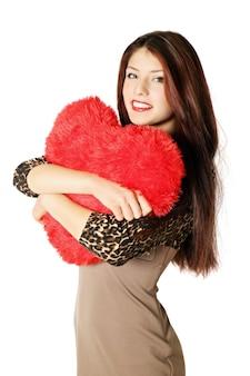 Młoda Piękna Kobieta Trzyma Poduszkę W Kształcie Serca Premium Zdjęcia