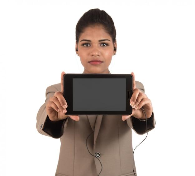 Młoda piękna kobieta trzyma pustego ekranu mądrze telefon na biel przestrzeni