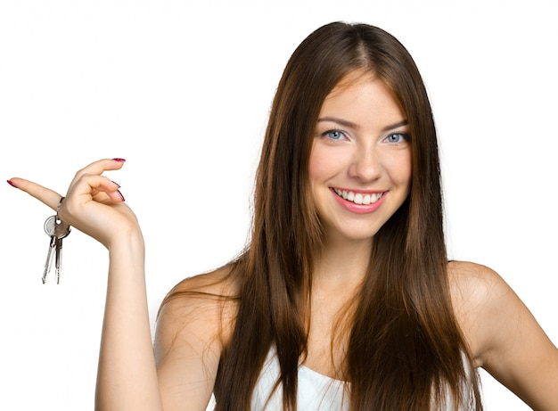 Młoda piękna kobieta trzyma wiązkę klucze
