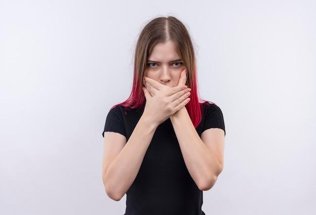 Młoda piękna kobieta ubrana w czarny t-shirt zakryte usta rękami na na białym tle białej ścianie