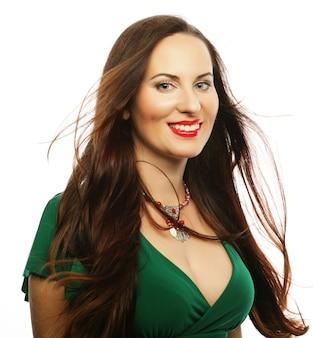 Młoda piękna kobieta ubrana w zieloną sukienkę. moda piękny portret.