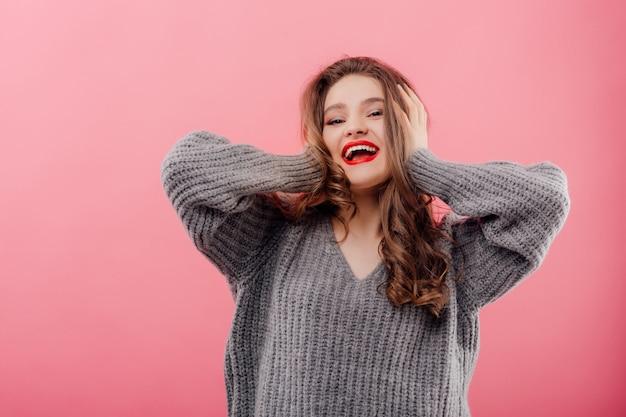 Młoda piękna kobieta uśmiecha się