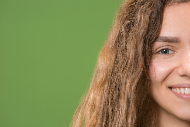 Młoda piękna kobieta uśmiechając się zbliżenie