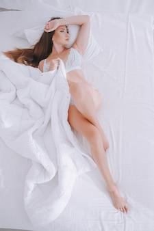Młoda piękna kobieta w bieliźnie