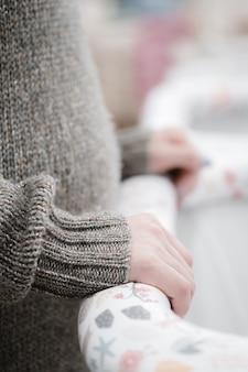Młoda piękna kobieta w ciąży wybiera wózek dziecięcy lub wózek spacerowy dla noworodka.