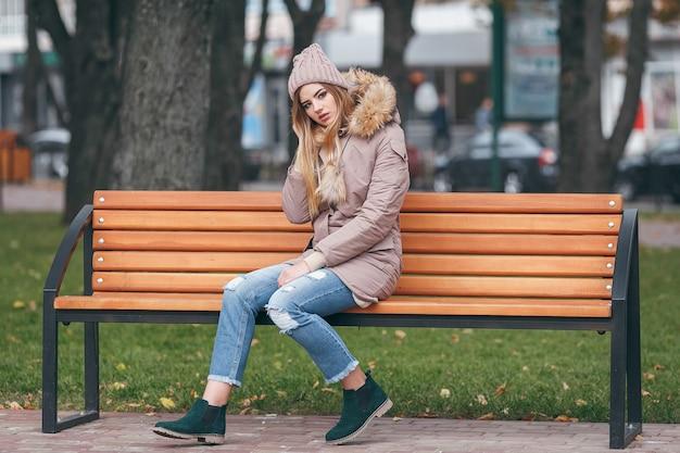 Młoda piękna kobieta w ciepłym płaszczu