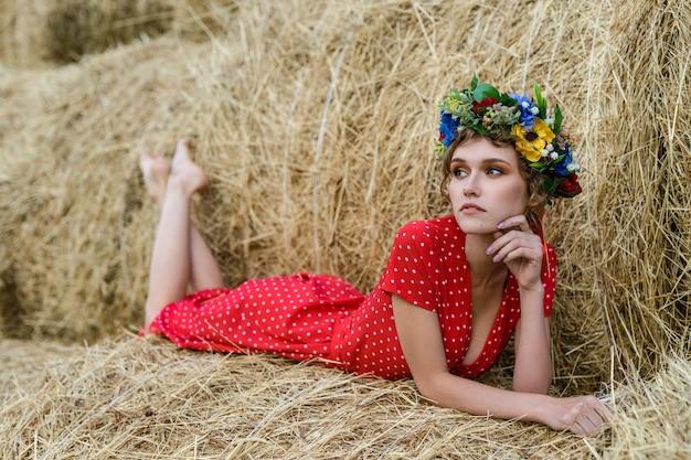 Młoda piękna kobieta w czerwonej sukience