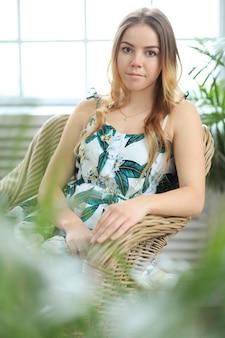 Młoda piękna kobieta w domu