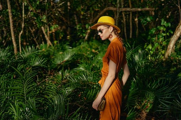 Młoda piękna kobieta w dżungli tropików z kapeluszem spacery w parku, przyrodnik