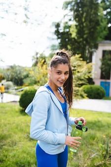 Młoda piękna kobieta w garniturze sportowego po treningu w jodze