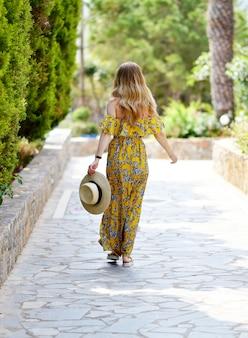 Młoda piękna kobieta w kapeluszu i sukience maxi, słoneczny dzień, wakacje, tropikalny charakter, grecja, wyspa kreta