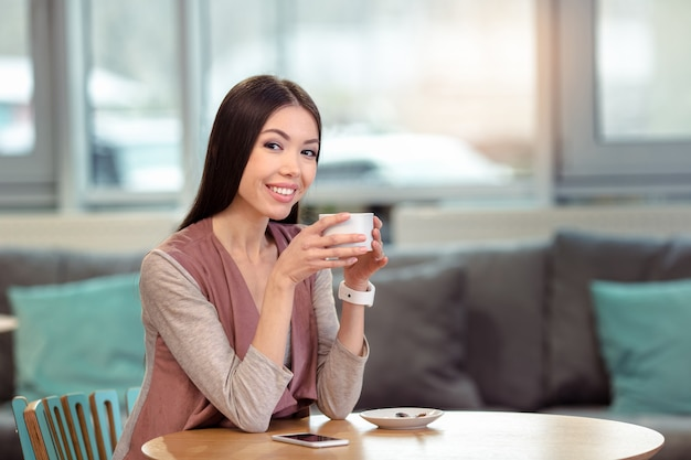 Młoda piękna kobieta w kawiarni